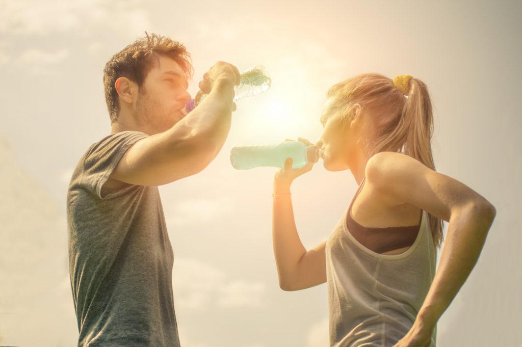 zapatillas-running-verano-pareja-agua