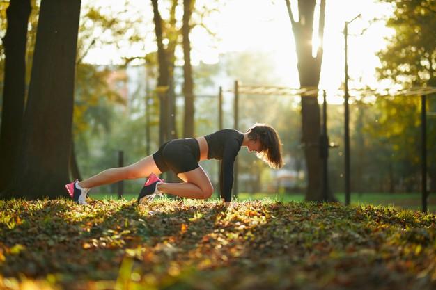 mujer haciendo entrenamientos personalizados adaptados a cada persona